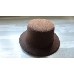 Mini chapeau style haut de forme de couleur marron chocolat